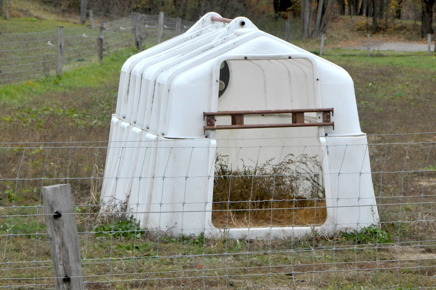 33040 bouda pro hromadný odchov použitá  15 let pro na zimovišti, lešenový díl zabraňuje vstupu krav do boudy.