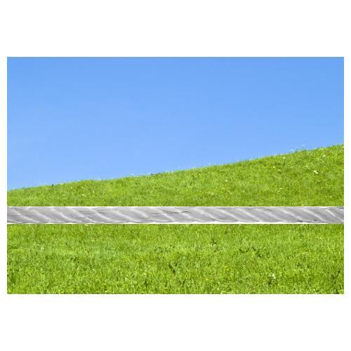 Polyetylenové lanko pro elektrické ohradníky STANDARD 2,5 mm Viditelnost lanka STANDARD 2,5 mm proti zelené louce