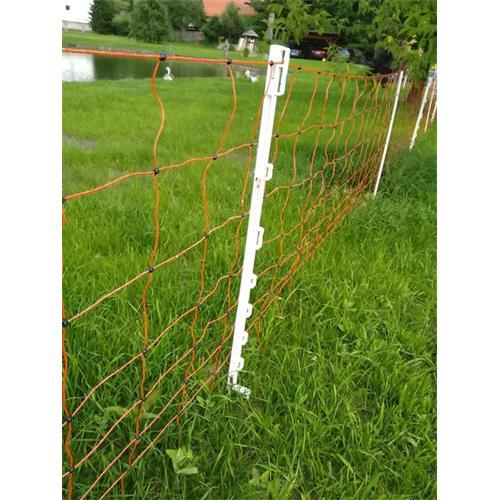 Síť pro elektrické ohradníky na ovce TopLine Plus v. 90 cm, d. 50 m, jednoduchá špička Ukázka dopnutí sítě pomocí plastových sloupků pro elektrický ohradník.