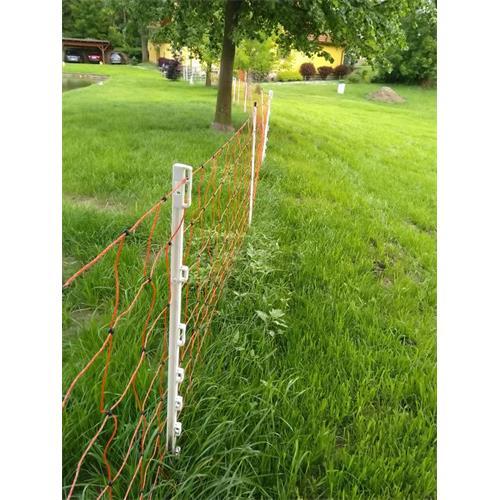 Síť pro elektrické ohradníky na ovce EasyNet v. 105 cm, d. 50 m, jednoduchá špička Ukázka dopnutí sítě pomocí plastových sloupků pro elektrický ohradník.