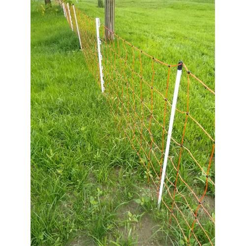Síť pro elektrické ohradníky na ovce OVINET v. 108 cm, d. 50 m, dvojitá špička, oranžová Ukázka dopnutí sítě pomocí plastových sloupků pro elektrický ohradník.