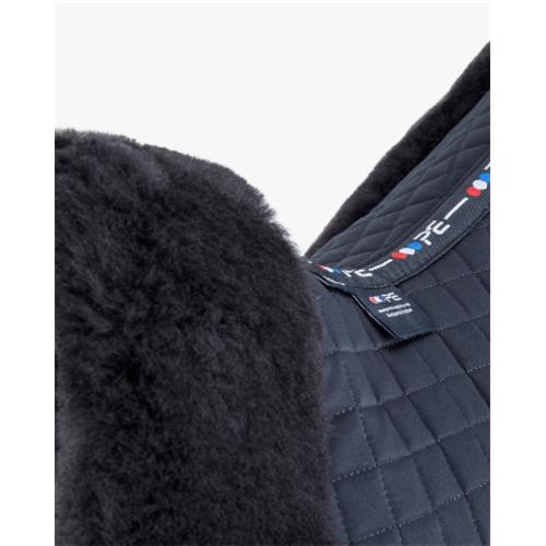 Drezurní dečka Premier Equine, s Merino beránkem - černá s černým beránkem Dečka drezurní Premier Equine, černá s beránkem