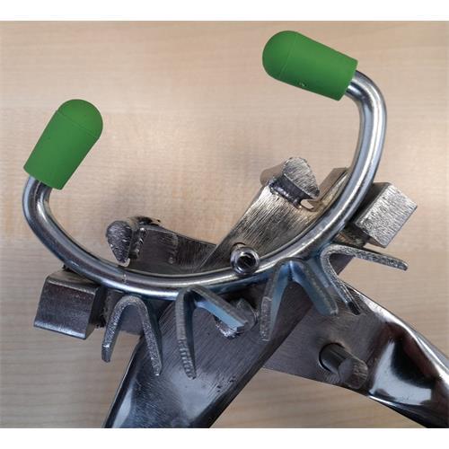 Mulcová zábrana kovová, velká 100 x 60 mm, tvar D Ukázka, jak se mulcová zábrana nasazuje do kleští.
